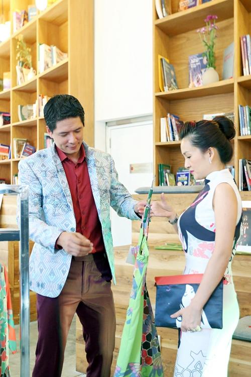 Bình Minh sặc sỡ đi shopping cùng vợ - 2