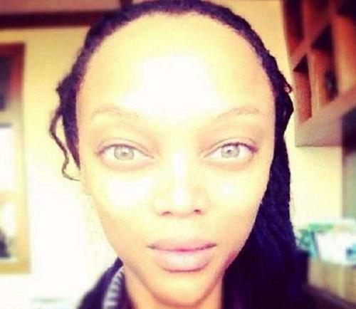 """Nhiều người đã hoảng hốt thực sự sau khi nhìn tấm hình selfie này của siêu mẫu Tyra Banks. Trông cô giống hệt người ngoài hành tinh với khuôn mặt nhọn hoắt, vầng trán """"vĩ đại"""" và đôi mắt vô hồn."""
