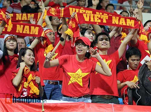 Tiến vào BK, U23 VN kí mỏi tay tặng fan nữ xinh - 1