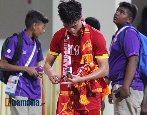 Tiến vào BK, U23 VN kí mỏi tay tặng fan nữ xinh - 11