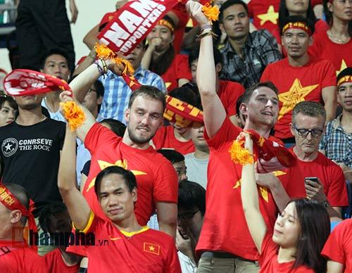 Tiến vào BK, U23 VN kí mỏi tay tặng fan nữ xinh - 4