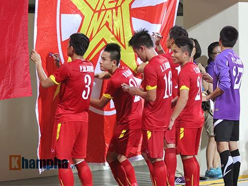 Tiến vào BK, U23 VN kí mỏi tay tặng fan nữ xinh - 7