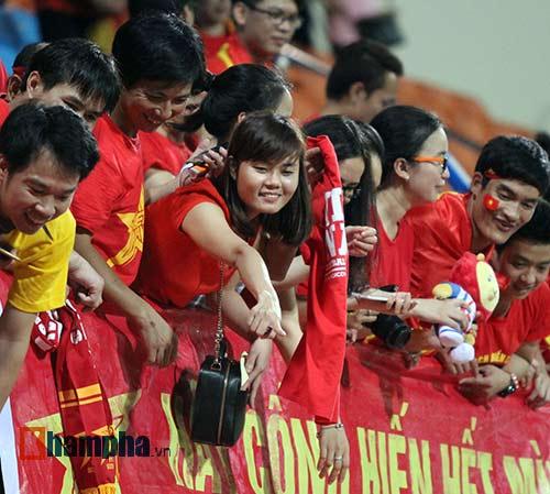 Tiến vào BK, U23 VN kí mỏi tay tặng fan nữ xinh - 9