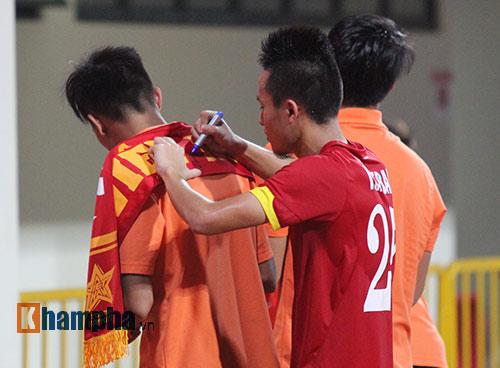 Tiến vào BK, U23 VN kí mỏi tay tặng fan nữ xinh - 10