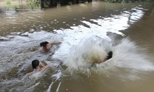 Lật thuyền giữa lòng hồ, 3 trẻ em chết đuối - 1