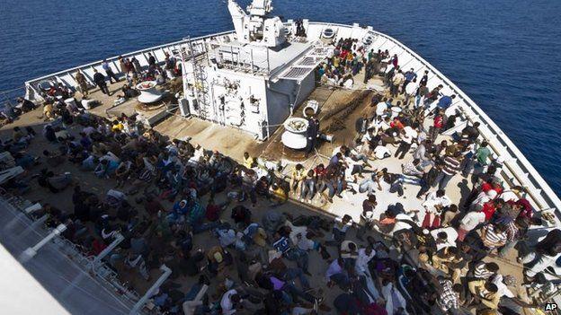 """Tàu chiến Anh quá tải vì bị người di cư """"đổ bộ"""" - 5"""