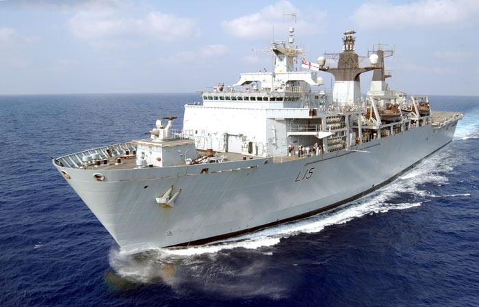 """Tàu chiến Anh quá tải vì bị người di cư """"đổ bộ"""" - 1"""