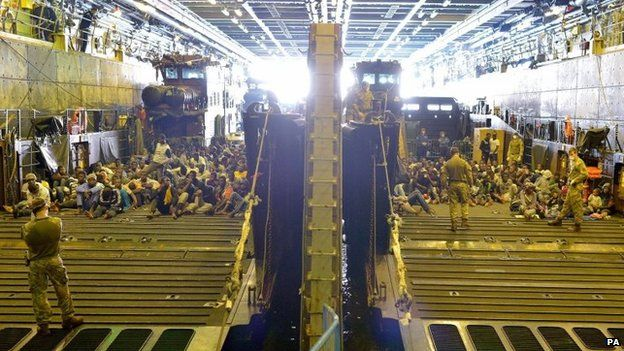 """Tàu chiến Anh quá tải vì bị người di cư """"đổ bộ"""" - 4"""
