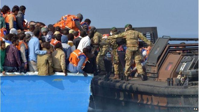 """Tàu chiến Anh quá tải vì bị người di cư """"đổ bộ"""" - 2"""