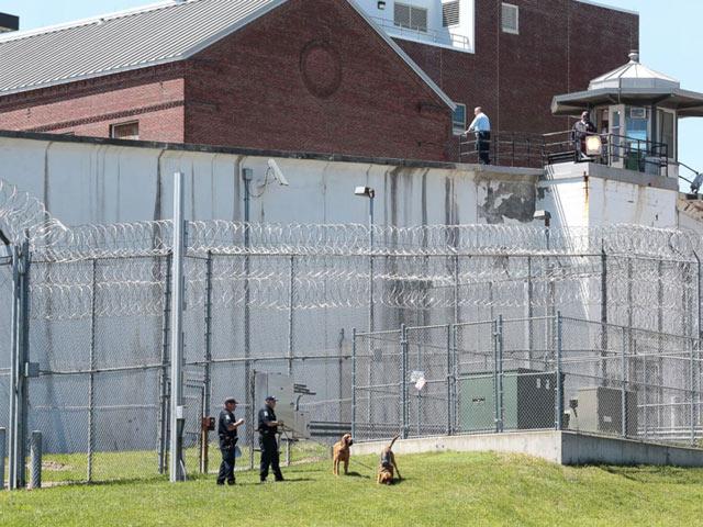 Mỹ: Treo thưởng 2,1 tỉ truy bắt 2 tù nhân vượt ngục - 1