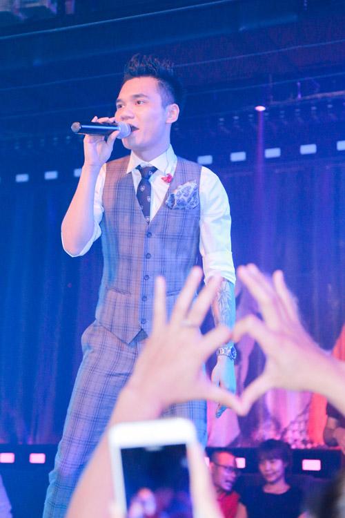 Khắc Việt bất ngờ trước tình cảm của fan - 9