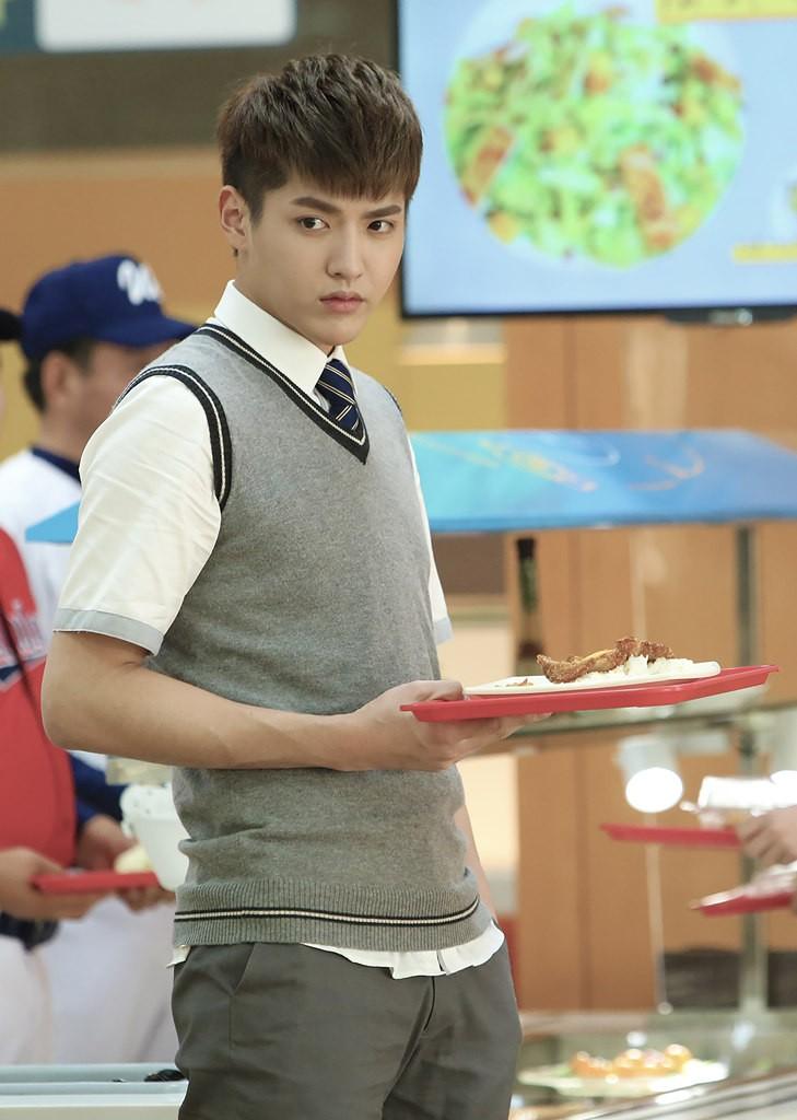 """Lưu Diệc Phi vào vai nữ sinh 17 tuổi """"ăn cơm trước kẻng"""" - 2"""