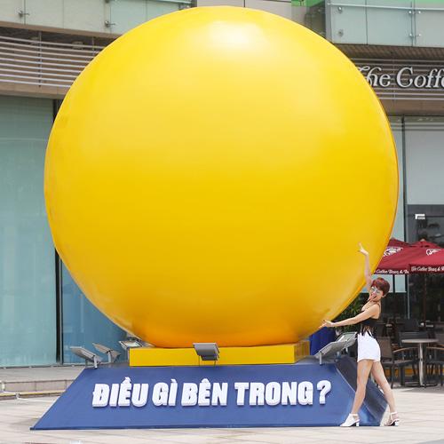 """Tóc Tiên """"quậy"""" tưng bừng bên quả bóng vàng khổng lồ - 1"""