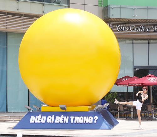 """Tóc Tiên """"quậy"""" tưng bừng bên quả bóng vàng khổng lồ - 3"""