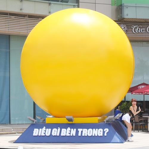 """Tóc Tiên """"quậy"""" tưng bừng bên quả bóng vàng khổng lồ - 2"""
