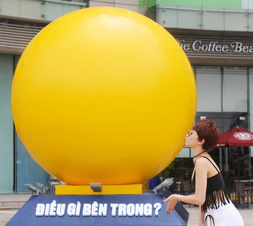 """Tóc Tiên """"quậy"""" tưng bừng bên quả bóng vàng khổng lồ - 4"""