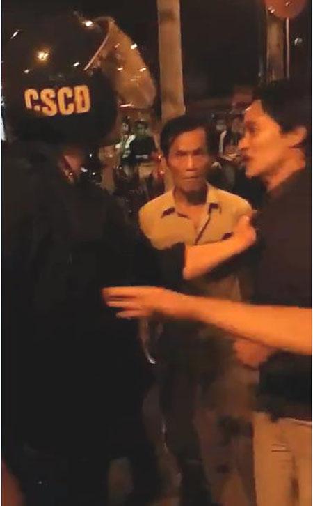 Xôn xao clip cảnh sát cơ động nổi nóng, túm cổ áo dân - 1
