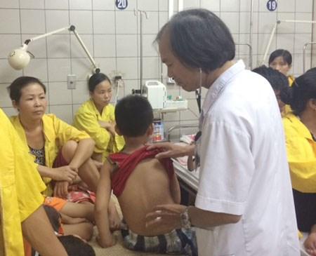 Bố mẹ đều là bác sĩ: Con nôn ra máu vì tự ý điều trị - 1