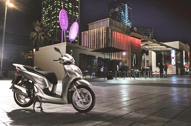 Hãng Honda vừa chính thức trình làng mẫu xe tay ga cao cấp Honda SH300i 2016, bổ xung cho các phiên bản SH 125i và SH 150i hiện hành. Đây cũng là chiếc scooter đầu tiên đạt chuẩn khí thải Euro 4.