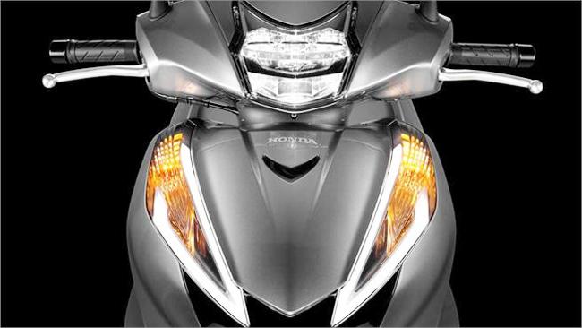 SH300i 2016 tạo điểm nhấn khi được trang trí đèn pha và đèn hậu LED.