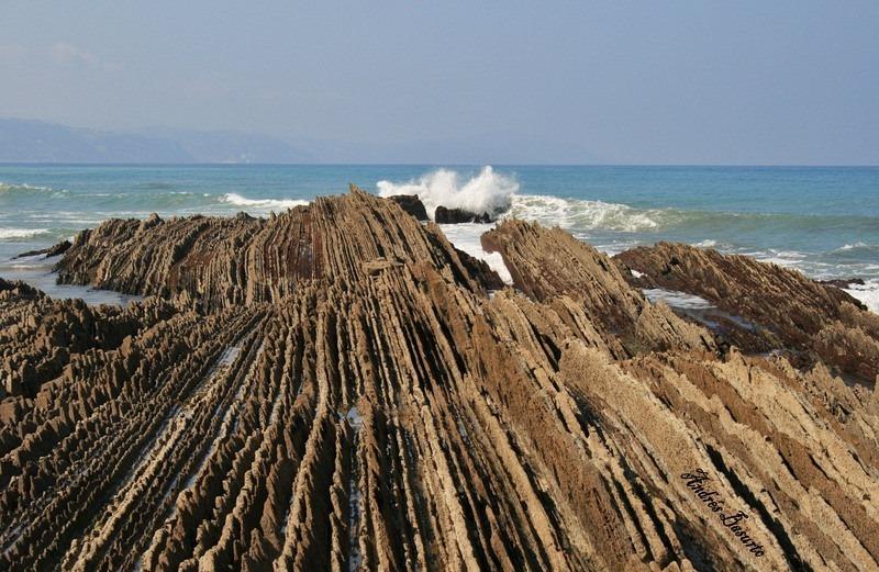 """Bãi biển """"siêu độc"""" có đá sắc nhọn như răng cưa - 6"""