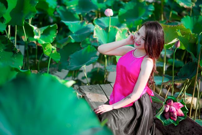 Chụp ảnh bên hoa sen là niềm yêu thích của nhiều thiếu nữ Việt