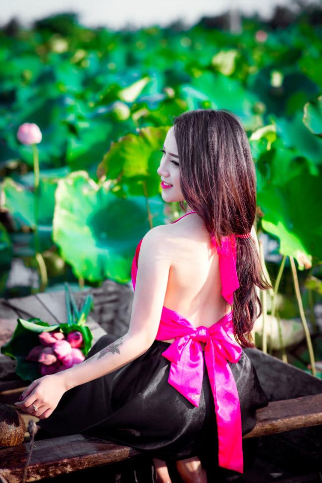 Cứ mỗi độ hè về, những cô gái Hà thành lại xúng xính váy áo đi chụp ảnh bên sen