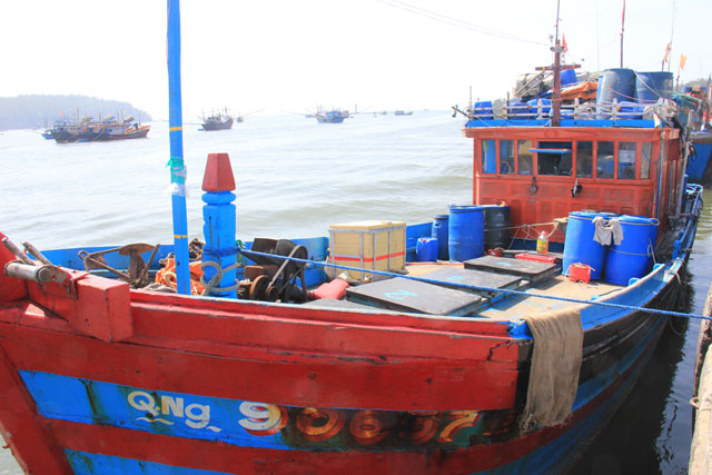 """4 tàu """"lạ"""" chèn ép, cướp tài sản tàu cá VN trên biển Hoàng Sa - 1"""