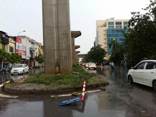 Mưa giông khủng khiếp quật ngã hàng loạt cây xanh tại Hà Nội - 24