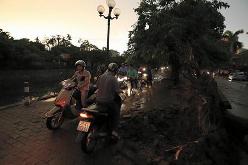 Ảnh: Giông lốc kinh hoàng, giao thông Hà Nội nhiều nơi tê liệt - 15