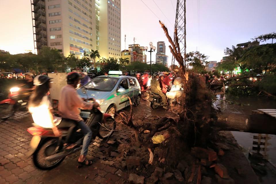 Ảnh: Giông lốc kinh hoàng, giao thông Hà Nội nhiều nơi tê liệt - 23