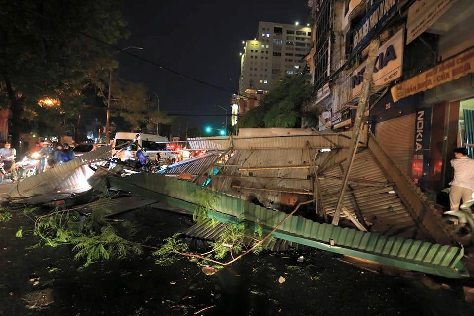 Ảnh: Giông lốc kinh hoàng, giao thông Hà Nội nhiều nơi tê liệt - 28