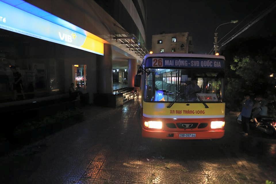 Ảnh: Giông lốc kinh hoàng, giao thông Hà Nội nhiều nơi tê liệt - 27