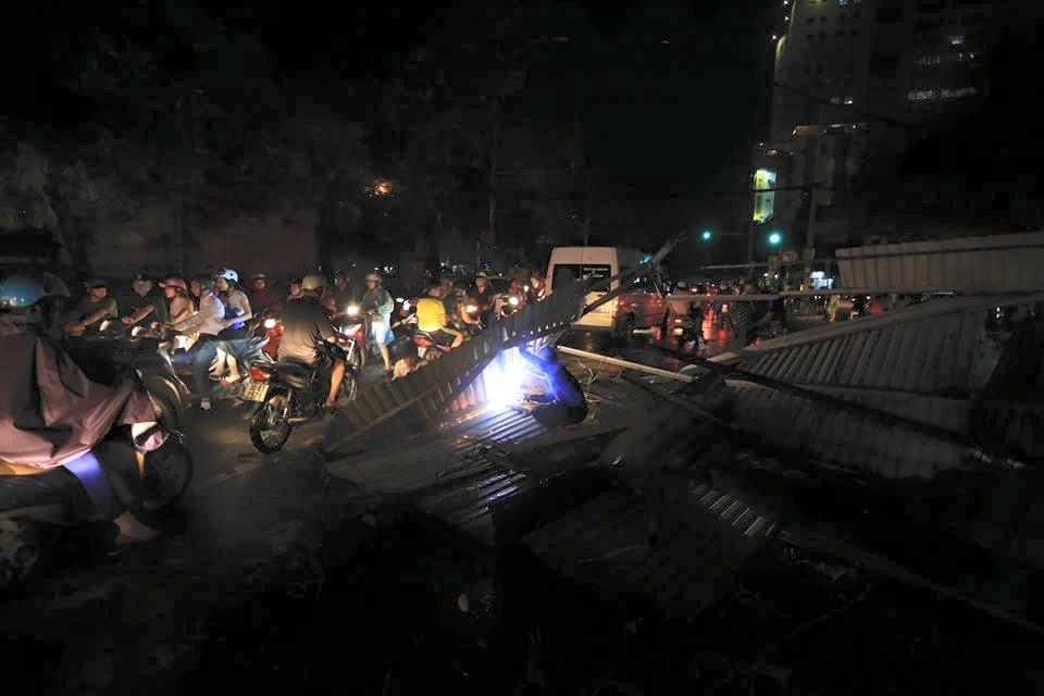 Ảnh: Giông lốc kinh hoàng, giao thông Hà Nội nhiều nơi tê liệt - 26