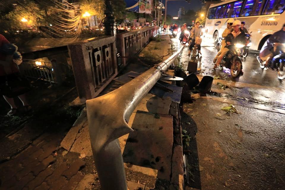Ảnh: Giông lốc kinh hoàng, giao thông Hà Nội nhiều nơi tê liệt - 29