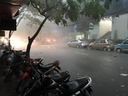"""Hà Nội: Nhiều nơi mất điện do """"cơn cuồng phong"""" - 1"""