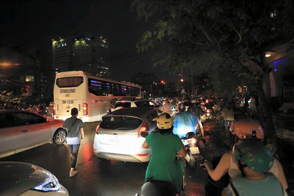 Ảnh: Giông lốc kinh hoàng, giao thông Hà Nội nhiều nơi tê liệt - 11