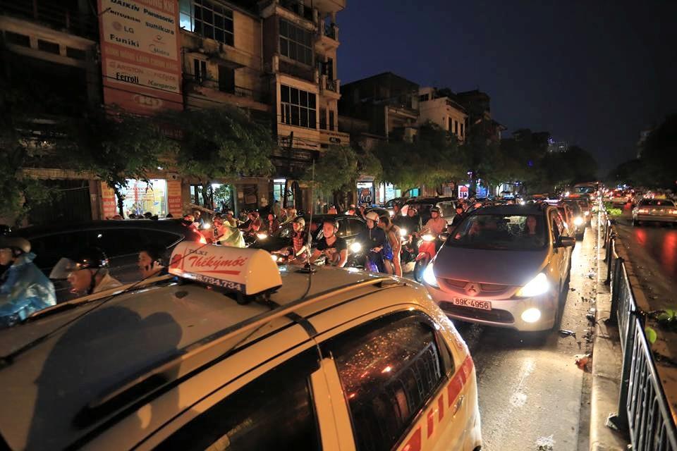 Ảnh: Giông lốc kinh hoàng, giao thông Hà Nội nhiều nơi tê liệt - 12