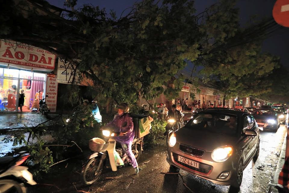 Ảnh: Giông lốc kinh hoàng, giao thông Hà Nội nhiều nơi tê liệt - 13