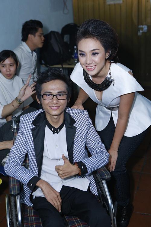 Sao Việt hết lòng ủng hộ ca sĩ Thái Lan Viên - 6