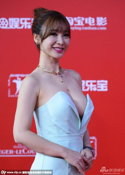 """Khoe ngực khủng, Liễu Nham """"soán ngôi"""" Phạm Băng Băng - 1"""