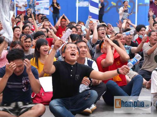 Fan nữ khóc hết nước mắt khi U23 VN bị loại - 2