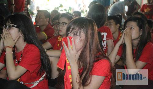 Fan nữ khóc hết nước mắt khi U23 VN bị loại - 12