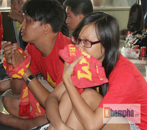 Fan nữ khóc hết nước mắt khi U23 VN bị loại - 14