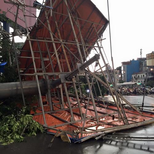Ảnh: Giông lốc kinh hoàng, giao thông Hà Nội nhiều nơi tê liệt - 30