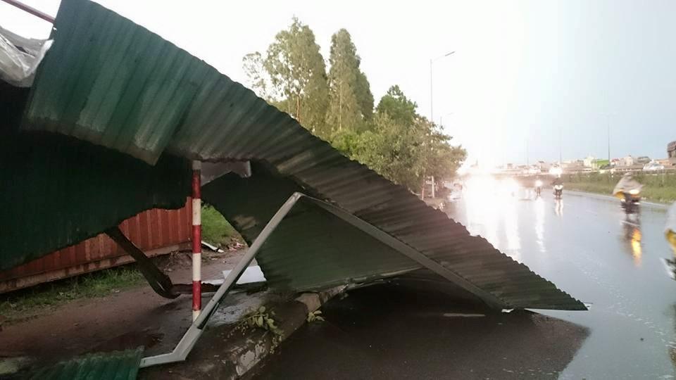 Ảnh: Giông lốc kinh hoàng, giao thông Hà Nội nhiều nơi tê liệt - 37