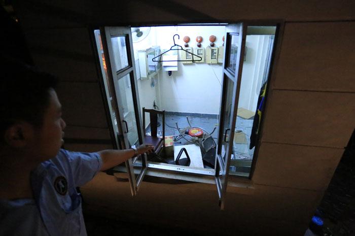 Cận cảnh phòng bảo vệ bị nhổ bật trong cơn cuồng phong - 8