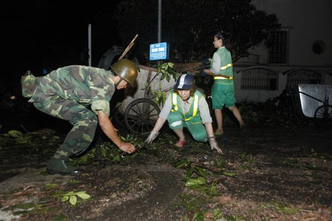 Bộ đội trắng đêm thu dọn cây đổ trong nội thành Hà Nội - 2