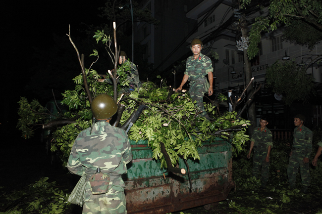 Bộ đội trắng đêm thu dọn cây đổ trong nội thành Hà Nội - 7