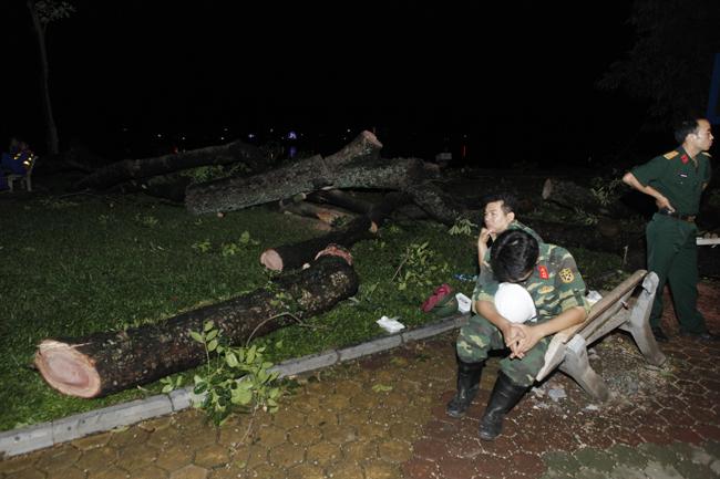 Bộ đội trắng đêm thu dọn cây đổ trong nội thành Hà Nội - 11